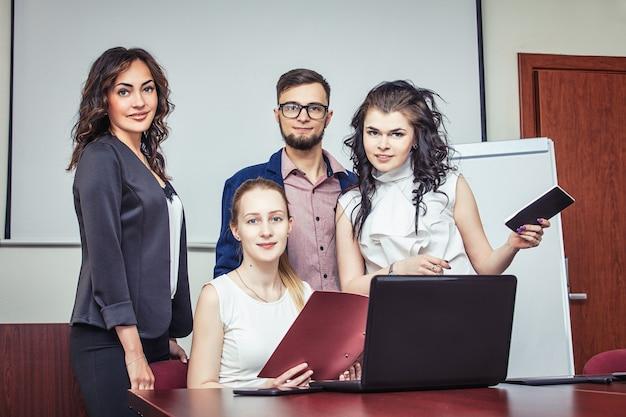 Groupe de jeunes gens d'affaires au bureau. les gens d'affaires partagent leurs idées.