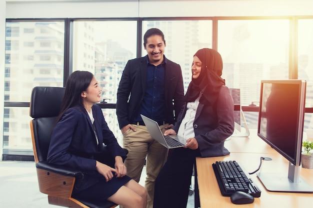 Groupe de jeunes gens d'affaires discuter et partager des idées dans la salle de réunion