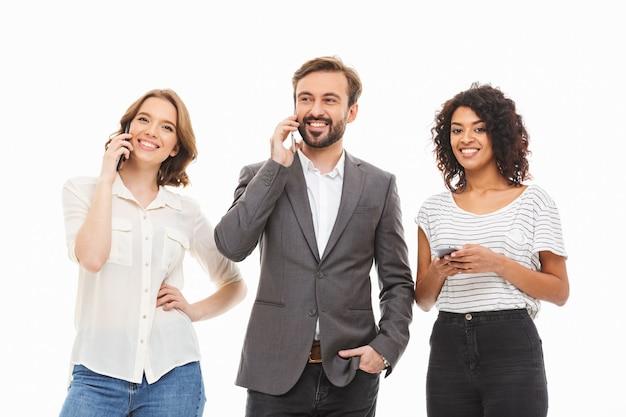 Groupe de jeunes gens d'affaires multiethniques souriants