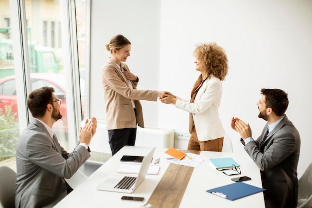 Groupe de jeunes gens d'affaires multiethniques travaillant ensemble au bureau