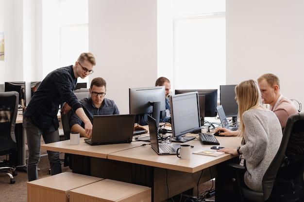 Groupe de jeunes gens d'affaires travaillant au bureau