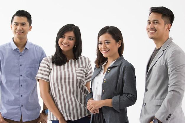 Groupe de jeunes gens d'affaires