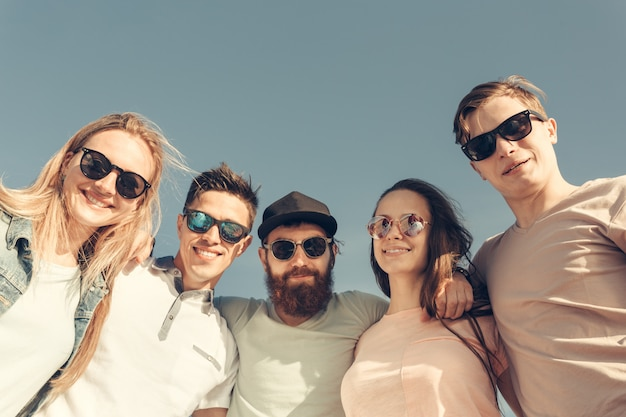 Groupe de jeunes heureux s'amuser sur la plage