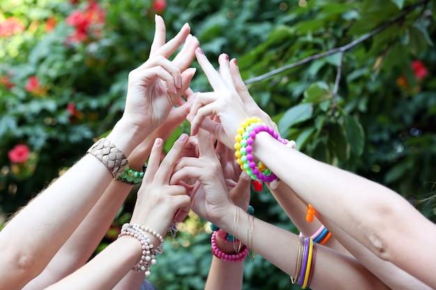 Groupe de jeunes mains à l'extérieur