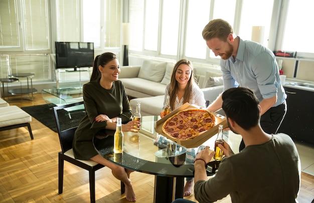 Groupe de jeunes mangeant des pizzas