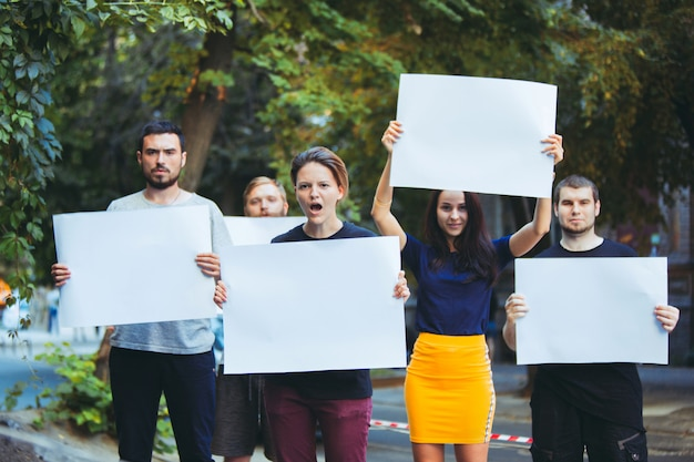 Groupe de jeunes manifestants à l'extérieur