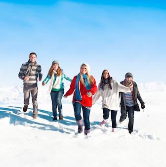 Groupe de jeunes profitant de l'hiver
