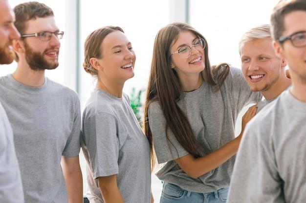 Un groupe de jeunes qui réussissent debout ensemble