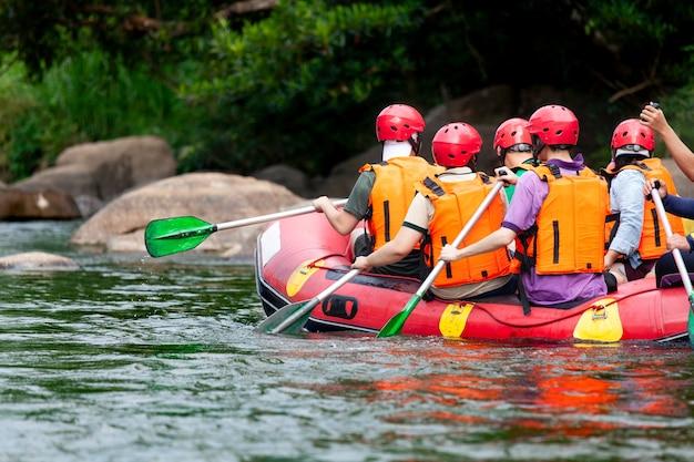 Groupe de jeunes rafting sur la rivière