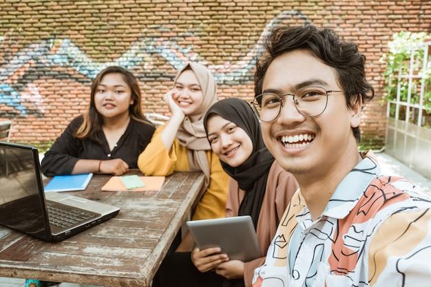 Groupe de jeunes selfies lorsqu'ils étudient ensemble