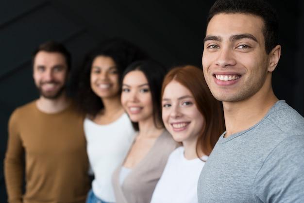 Groupe jeunes, sourire, ensemble