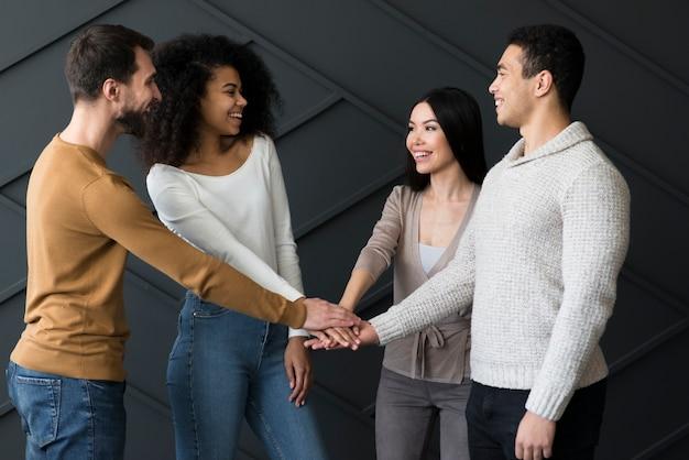 Groupe, jeunes, tenue, mains, ensemble