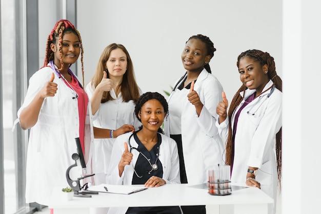 Groupe de jeunes travailleurs médicaux africains sur fond blanc