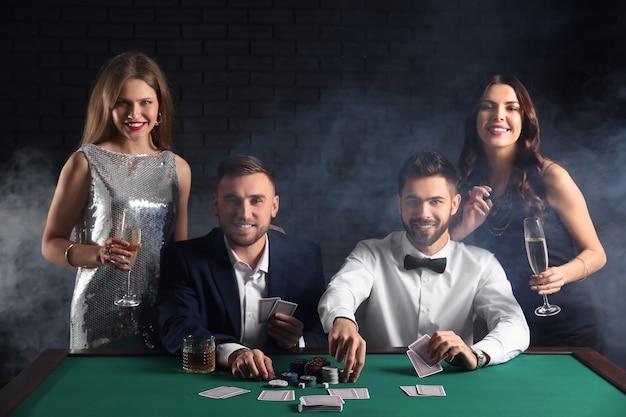 Groupe de joueurs de poker à table au casino