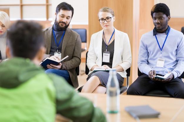 Groupe de journalistes lors d'une conférence de presse