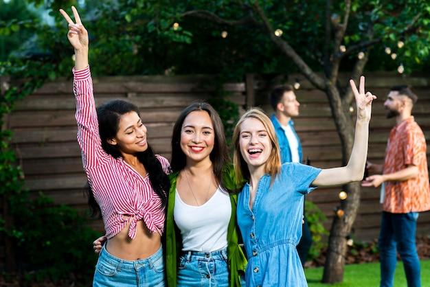 Groupe de joyeuses jeunes filles ensemble