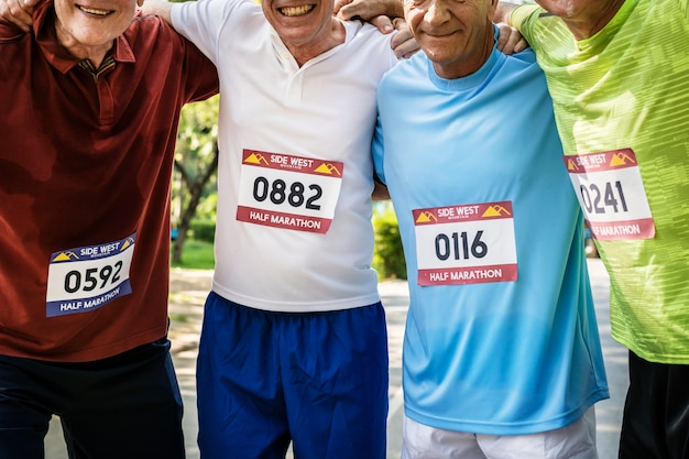 Groupe de joyeux coureurs seniors au parc