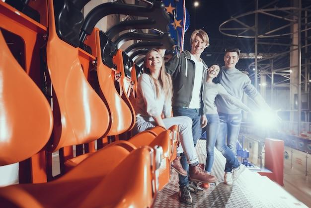 Groupe de joyeux jeunes amis dans le lunapark.