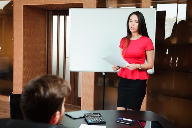 Groupe de joyeux jeunes gens d'affaires lors d'une réunion au bureau,