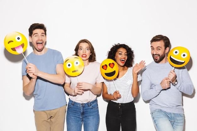 Groupe de joyeux multiraciaux tenant des visages souriants