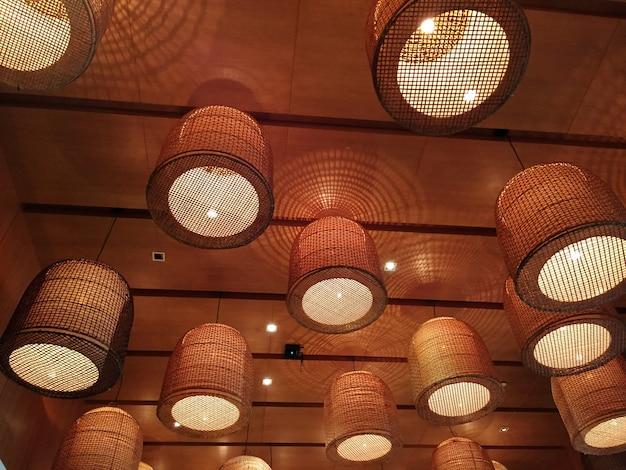 Un groupe de lampes suspendues à faible profondeur de champ.