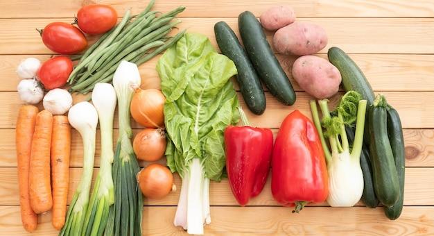 Groupe de légumes biologiques crus assortis sur une table en bois. régime de désintoxication végétalien et végétarien