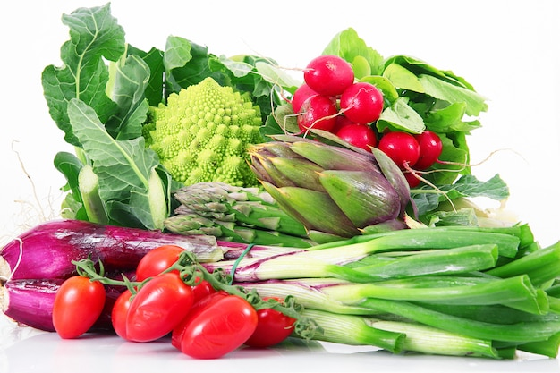 Groupe de légumes frais sur blanc