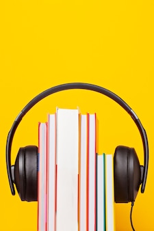 Groupe de livres avec les écouteurs. concept de livres audio