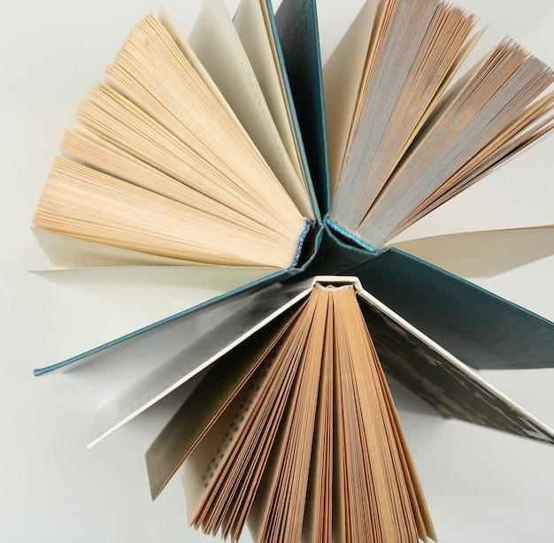 Groupe de livres sur fond blanc, vue de dessus