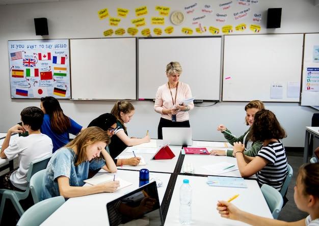Groupe de lycéens divers étudiant en classe