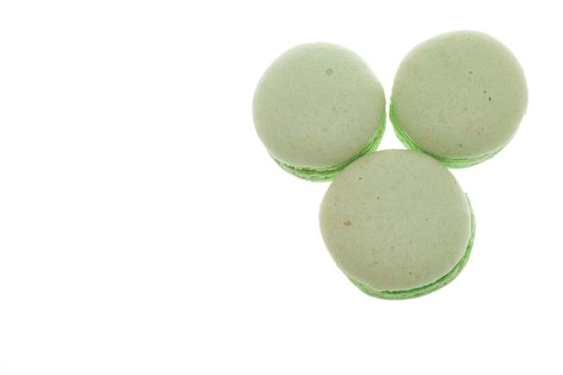 Groupe de macarons verts isolé sur fond blanc. délicieuse noisette
