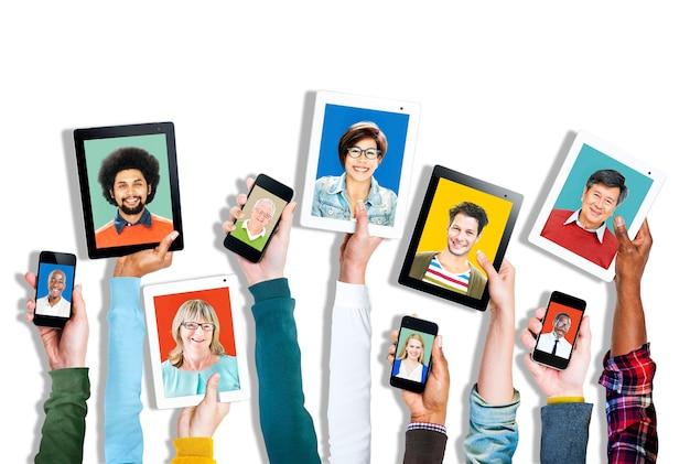 Groupe de mains détenant des appareils numériques