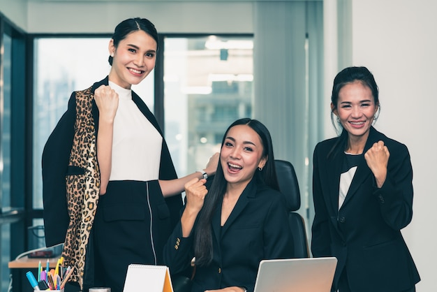 Groupe de mains de femme d'affaires levées ensemble prêtes à travailler au succès