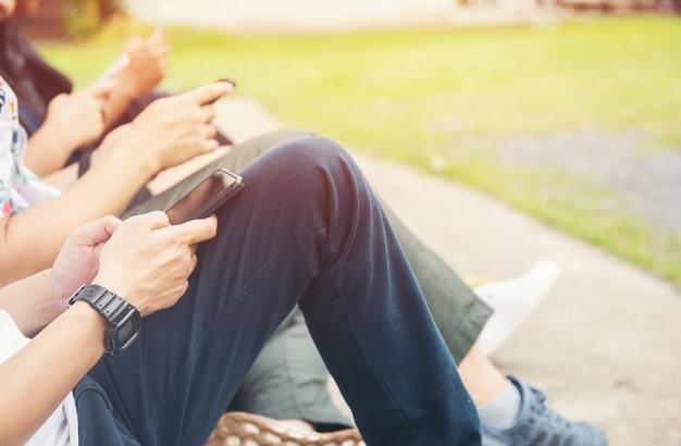Groupe mains, gens, utilisation, et, regarder, téléphone portable
