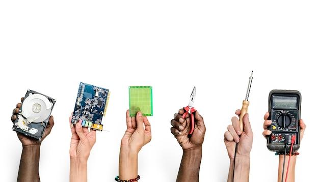 Groupe de mains tenant des pièces électroniques de l'ordinateur isolé sur blanc