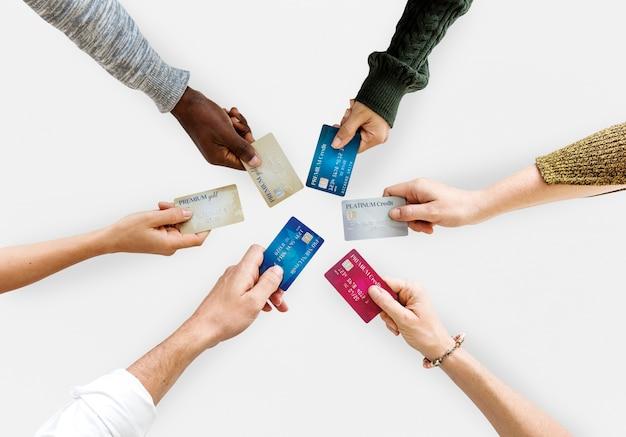 Groupe de mains tenant la vie de carte de crédit en vue aérienne