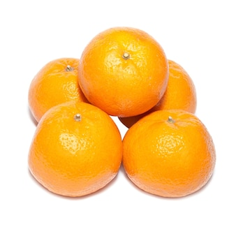 Groupe de mandarines orange isolé sur blanc.