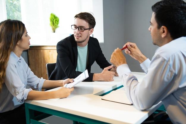 Groupe de marketing discutant des résultats de la recherche