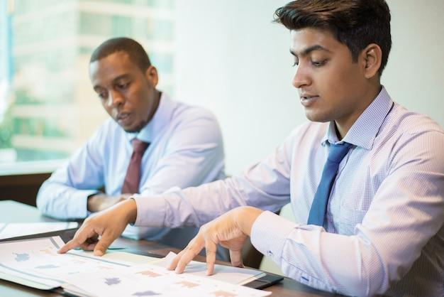 Groupe de marketing multiethnique travaillant sur la stratégie d'entreprise