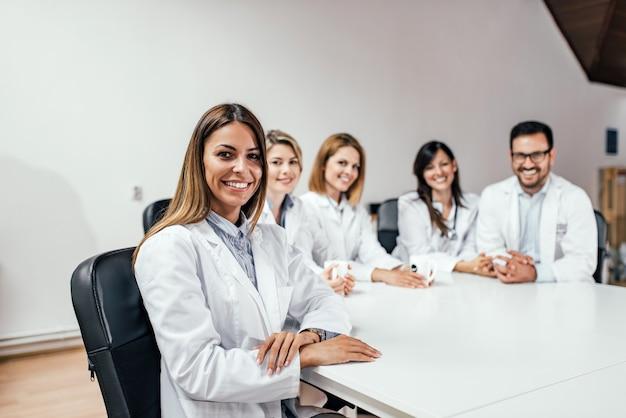 Groupe de médecins au bureau. regardant la caméra.