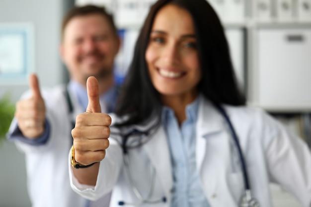 Groupe médecins, debout, rang, projection, pouce haut, symbole