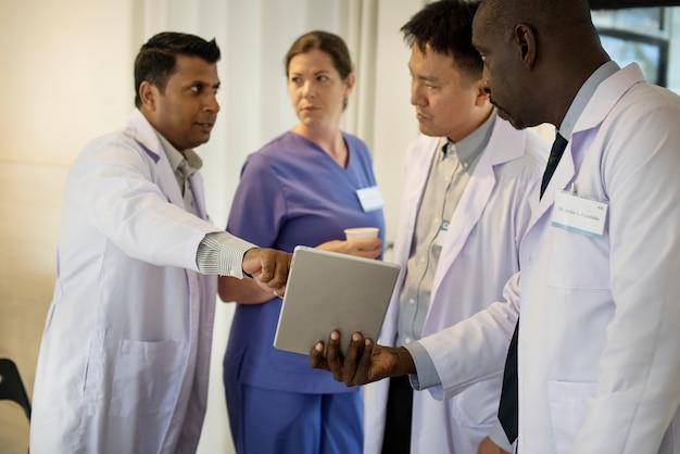 Groupe de médecins divers discutant