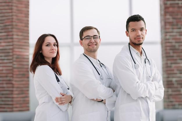 Groupe de médecins du centre médical debout ensemble.