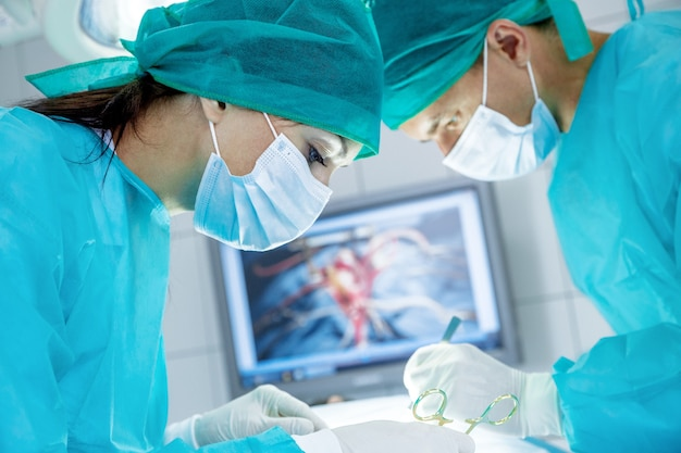 Groupe de médecins faisant l'opération