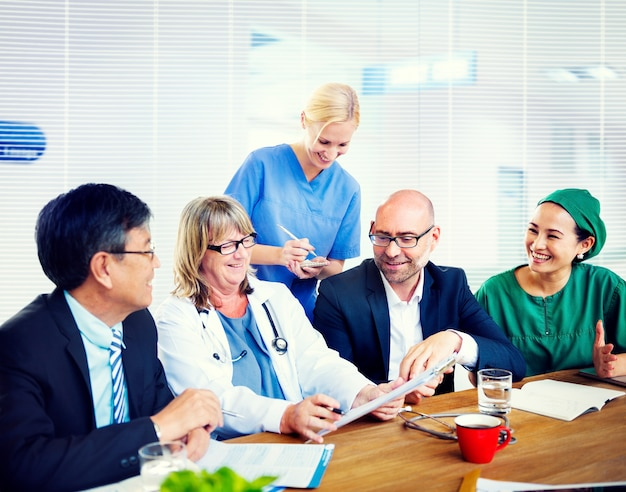 Groupe de médecins généralistes ayant une réunion.