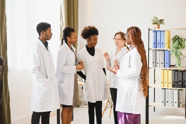 Groupe de médecins et d'infirmières dans un hôpital