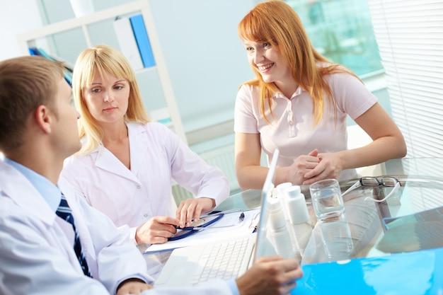 Groupe de médecins réunis au bureau de l'hôpital