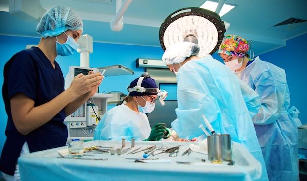 Groupe de médecins en salle d'opération