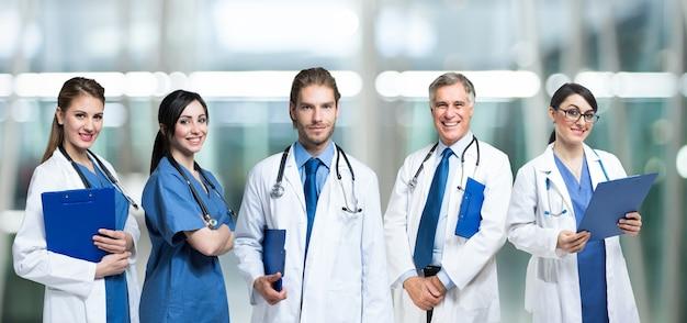 Groupe de médecins souriants