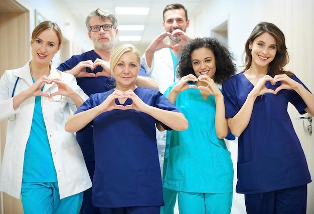 Groupe de médecins avec le symbole du coeur